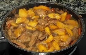 Lomo en salsa y almendras y melocotones