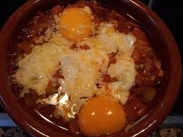 Huevos en cazuelitas con queso en porciones y jamón