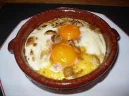 Huevos en cazuelitas con champiñones
