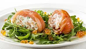Rollos de salmón con salsa noruega
