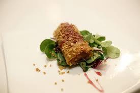Timbal de bacalao con ensalada de rúcula y reducción de vino tinto