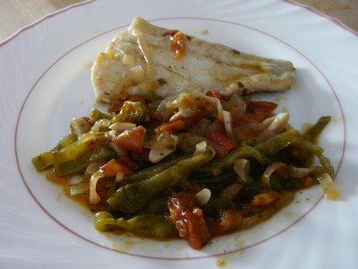 Merluza con fideos y verduras
