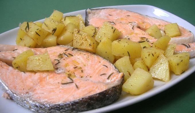 Salmón al vapor con patatas nuevas