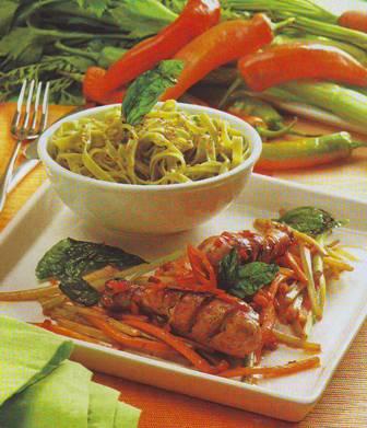 Salteado de pollo con verduras y albahaca