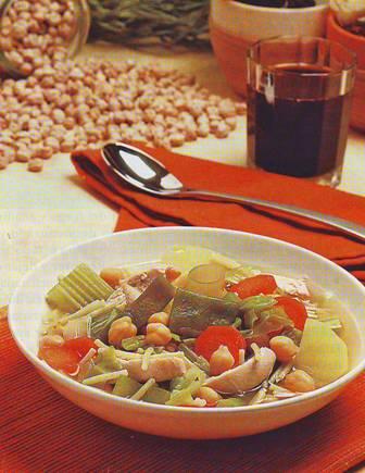 Sopa de verduras, legumbres y pollo