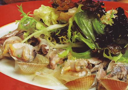 Ensalada de anchoas escabechadas con berberechos
