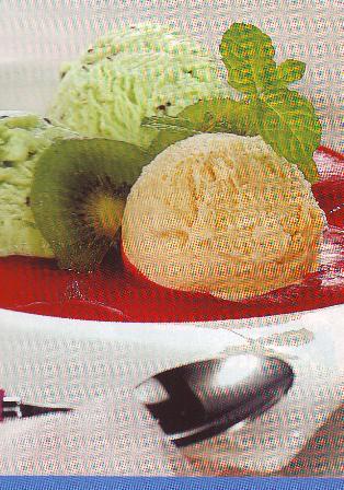 Mousse de kiwis con helado y salsa de cerezas