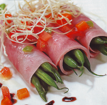 Rollitos de jamón York con judías verdes y vinagreta de verduras