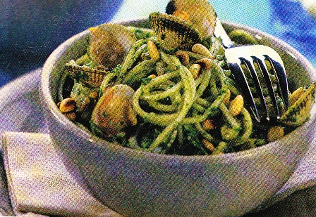 Espagueti con almejas y pesto de espinacas