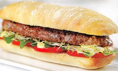 Hamburguesa casera con brotes de alfalfa