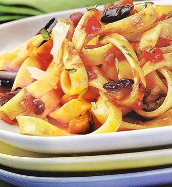 Tagliatelle con berenjenas y tomate