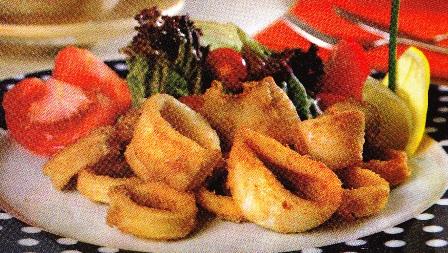 Calamares empanadas con ensaladas