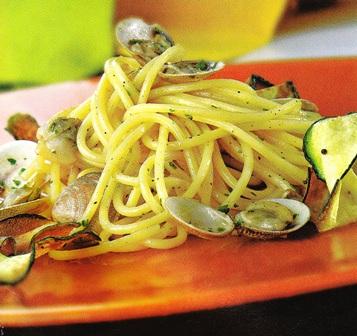 Espaguetis a la vongole con calabacín