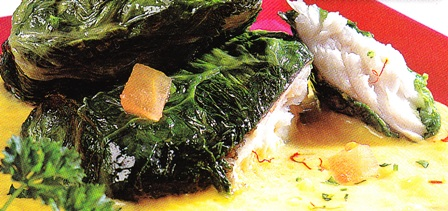 Filete de merluza envuelto en lechuga con salsa de puerros y azafrán