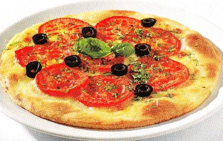 Pizza margarita con aceitunas negras