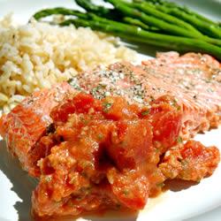 Plato de pescado: salmón con tomate