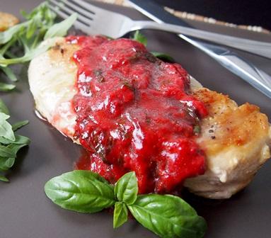 Pechugas de pollo en salsa de frutos rojos